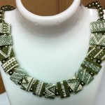 grönt halsbaend pärlor