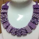 lila halsband pärlor